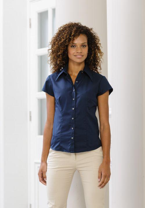 Modisch körperbetonte kurzärmelige Bluse aus Tencel®